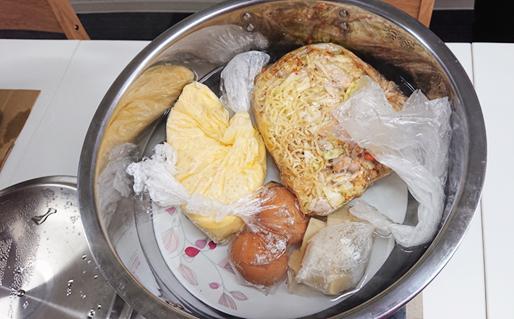 ポリ袋調理法のパッククッキングでは一つの鍋に、複数の食材入りポリ袋を入れて一度に調理することもできる