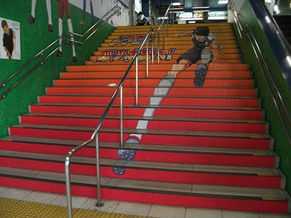 四ツ木駅の階段 キャプテン翼がいろいろな所にいます