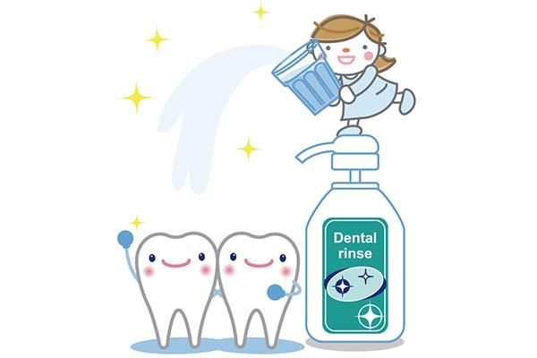 歯磨きの手順1:液体歯磨きを使って、口の中をぐちゅぐちゅとゆすぎます。