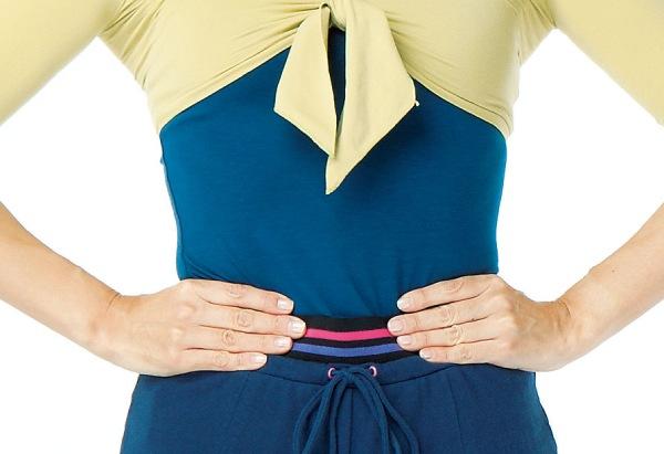 美しい姿勢が保てると、ろっ肋骨の下から腰骨までの間に指が4本入るくびれのある状態に。腹圧が保て、空気をしっかりと取り入れられます