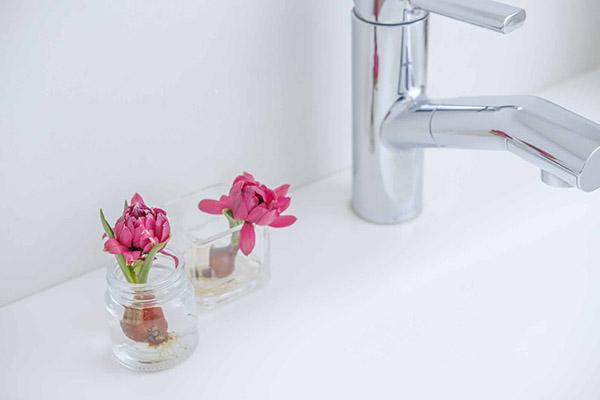 小瓶を組み合わせて、球根の花を飾る