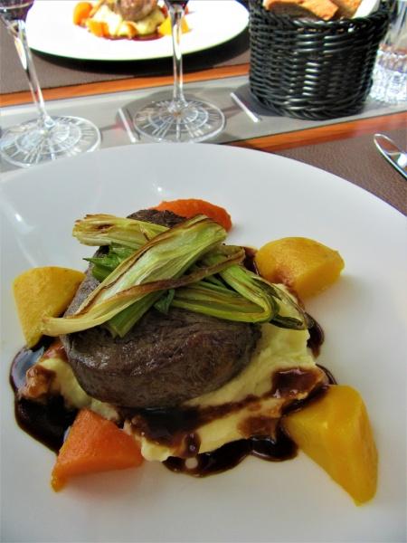 ボリュームある料理と絶妙に合うおいしいスイス産ワイン