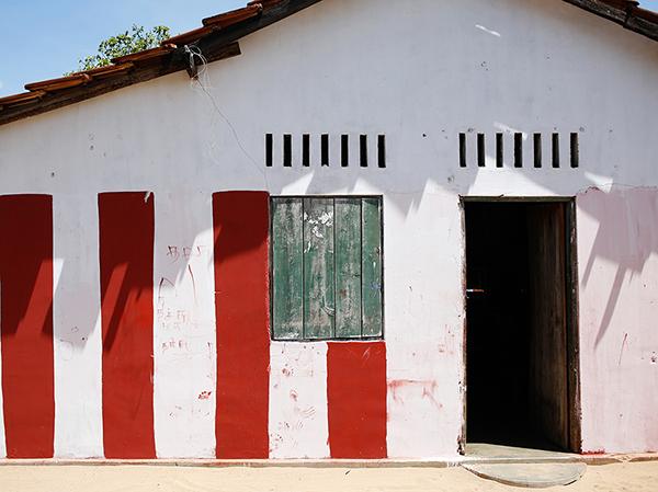 東海岸にあった漁師の家、赤と白のストライプはヒンドゥー教の印