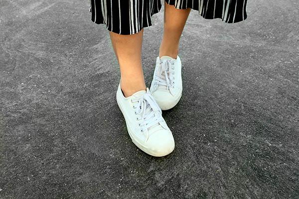 ホワイトの本革スニーカー