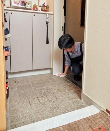 ホコリは内から外へ集めて、入り口で拭き取る