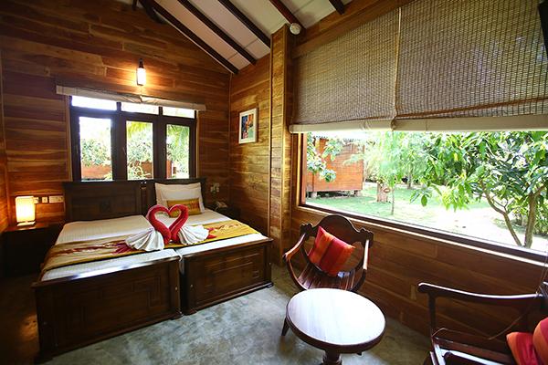 コホンバの木がふんだんに使われた客室、ゆったりとしたテラス付き