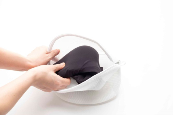 カップ部分に身頃を入れ畳んで、ネットに入れて洗濯
