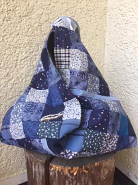 『ハルメク』2015年6月号で紹介された「あずま袋」を作成。ブルー系の布は全部処分できました