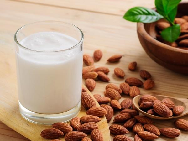アーモンドミルクがダイエットに効く?美容効果も!