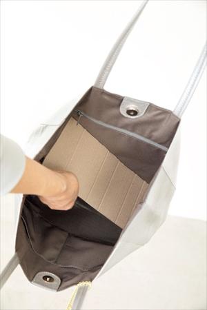 バッグ活用アイデア4:ダンボールの底敷きで使いやすく
