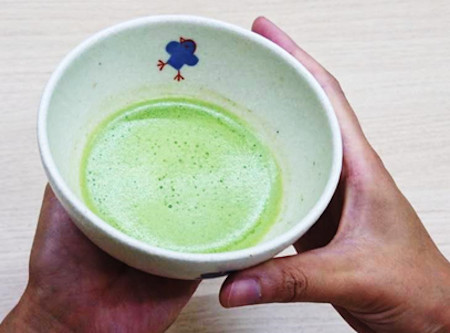 お抹茶のいただき方・飲み方 手順1:左手に茶碗を載せる