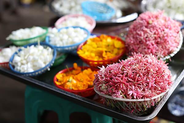 かご盛りのお花、参拝の際そのまま置いたり少しずつ並べる