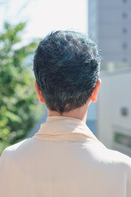 グレイヘアをカラーリングしている中村里香子さんの後ろ姿