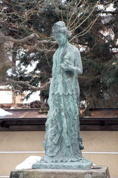 昭和37年、NHKのラジオで母の愛を語った久子さんに、聴取者から浄財が寄せられました。3年後、久子さんはその浄財を使って、高山の国分寺に子を思う母の心を託した悲母観音像を建立しました