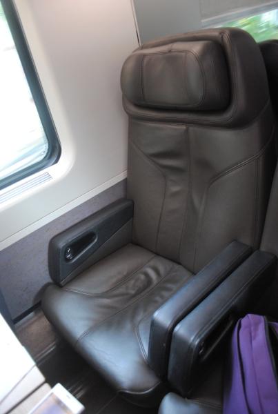 ビジネスクラスのシート。重役の椅子みたいです