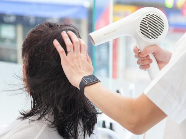 左右からドライヤーで乾かして髪をボリュームアップ