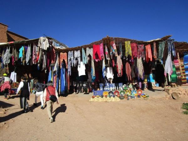 衣服を扱うお土産屋さん、モロッコの空は青い。