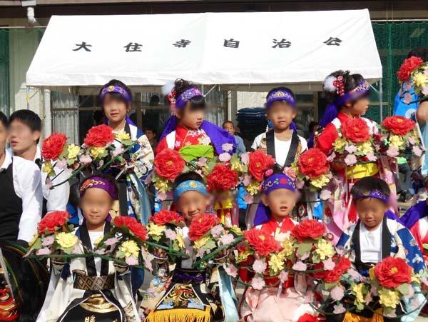 演目「花笠」。今回作った衣装を着た孫息子は前列の左端。