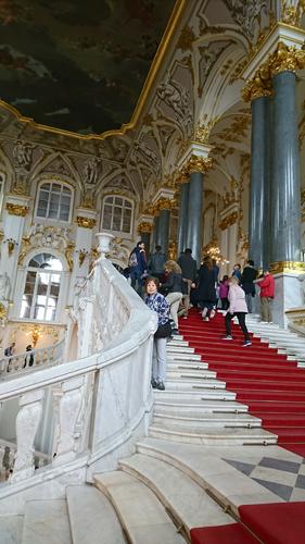 どこを見ても華やかな館内。この階段は別名「大使の階段」。