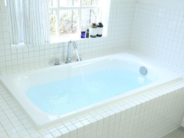 お風呂の水が青や水色に見えるのは?