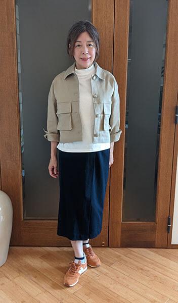 タイトスカートには流行の上着を羽織る