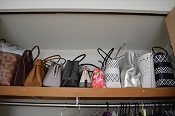 寝室収納のアフター写真:バッグは上段に並べて出しやすく