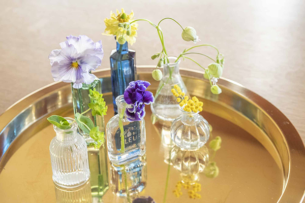 小瓶を並べて、一輪ずつ飾る