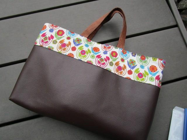 使いやすい手提げバッグA4対応。仕事用に出番が多いバッグです。