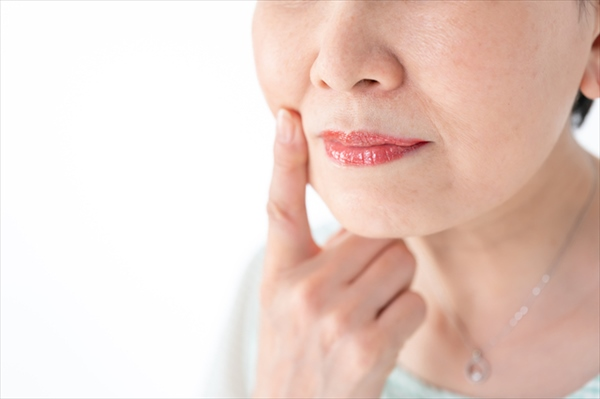 【ほうれい線】の原因は頬のたるみ、表情筋の衰え