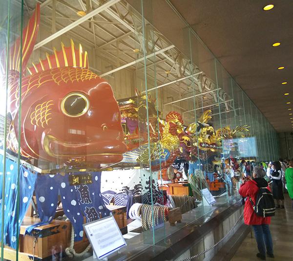 曳山展示場 ユネスコ無形文化遺産に登録された曳山が勢揃い。迫力ある美しさに見飽きません。       唐津神社の隣