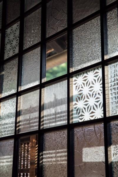 型ガラスや砂ずりガラスなど、割れてしまったガラスや、建具店に残っていたガラスの切れ端を寄せ集めたパッチワークの建具。