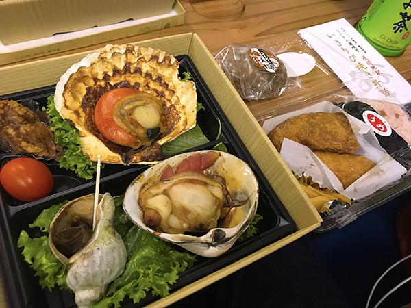 さりび焼き弁当。貝は上がホタテ、右下がホッキ貝、左下がアオツブ