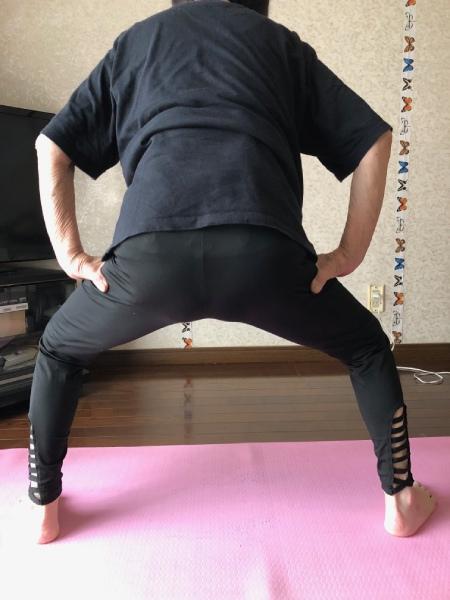 スクワット  両足先が膝から出ないように気を付けています。