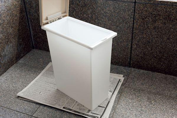 夏の掃除:洗ったゴミ箱はベランダで日に当てる
