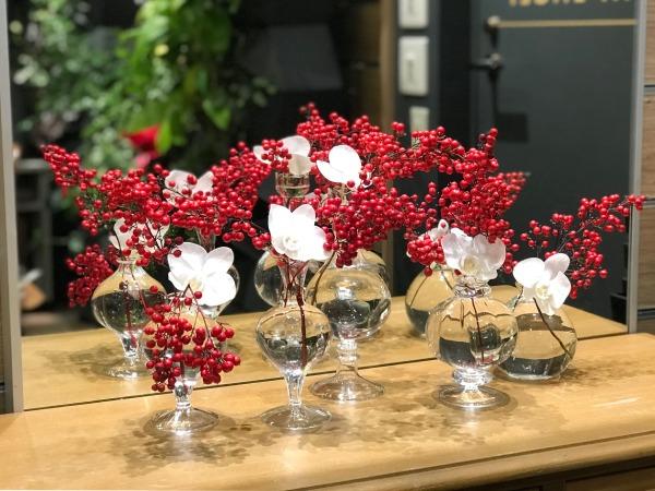 一つの器に赤と白の花を飾る