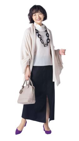 50代ファッションのお手本:パープルの靴で女性らしさアップ