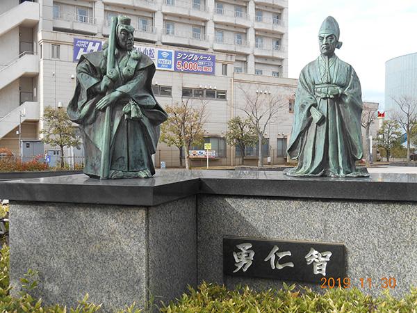 小松駅の富樫と弁慶像