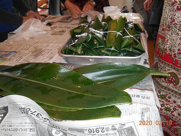 皆で作った月桃餅。月桃の葉で包んだ沖縄のお祝いの餅