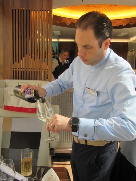 料理に合わせてスイス産白ワインがサーブされます