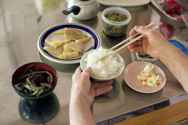 笹餅の生地を1時間寝かせている間に朝ごはんを食べるのが日課。多めによそった白米もぺろりとたいらげます。