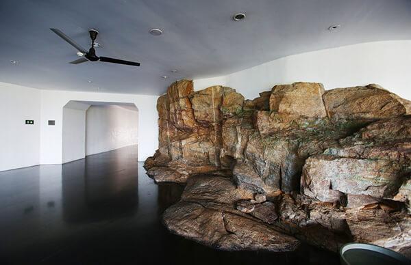 自然の岩がそのままホテルのデザインに取り込まれている