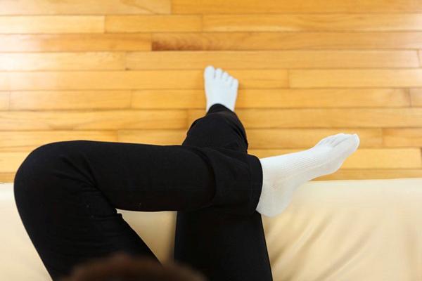 足指ストレッチの注意:太ももの上に足をしっかり乗せる