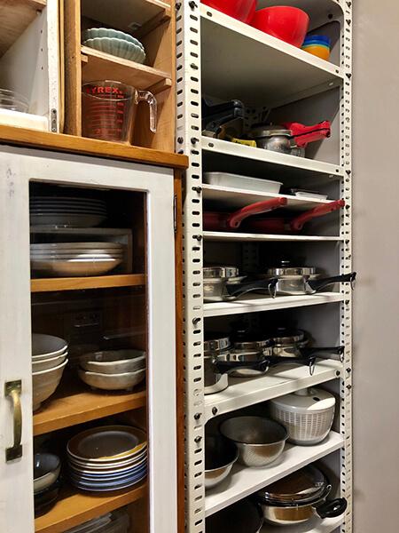 鍋・フライパンは棚に平置き