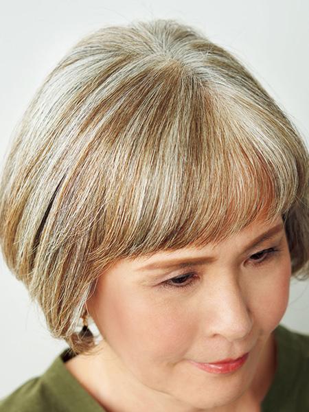 白髪に、暗い色を2色入れてツヤ感を出しています。