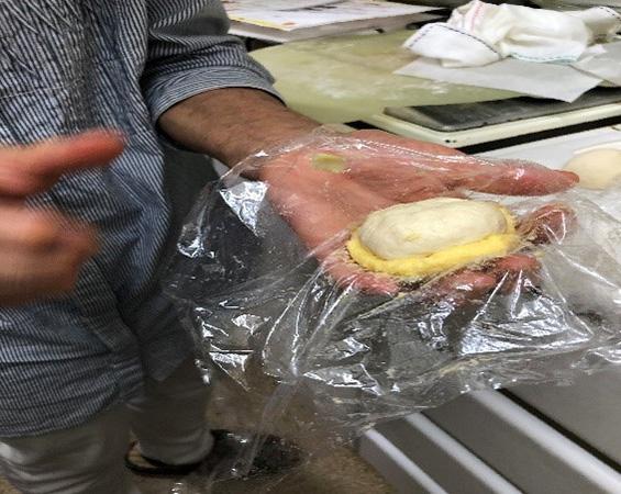 ラップで包むようにメロンパンの成形をします