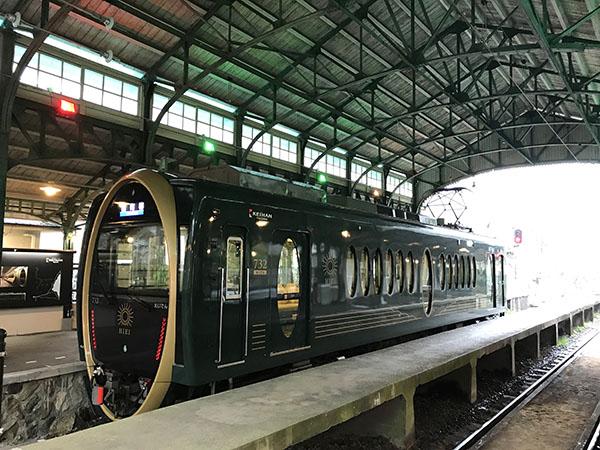 叡山電車「ひえい」は車両正面の楕円形の輪や窓がとても個性的