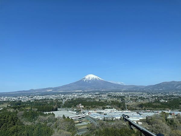 ホテルクラッドの大きな窓から見える絵画のような富士山