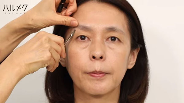 眉毛を整えるステップ2:余分な毛をカットする