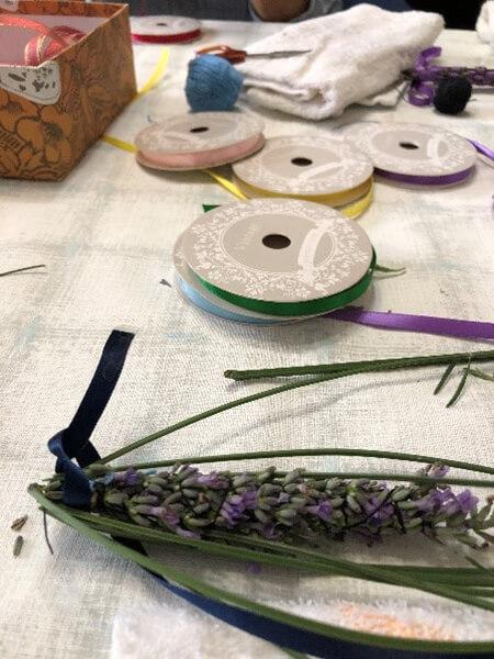 花を包むように茎を折る