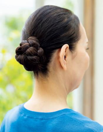 髪型・メイク:コンパクトな髪型で顔まわりを小さく